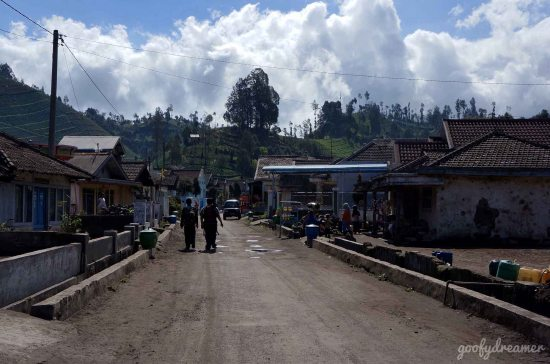 Tiba waktu pulang. Kami menuju rumah Bapak Sinambela sebelum benar-benar meninggalkan desa Ranupani. That day was so bright, wasn't it?