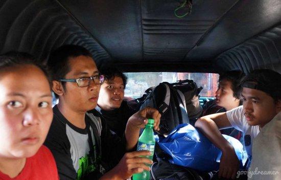 Lihat ekspresi Maya. Apakah ia kesal masih satu angkutan dengan 'tetangga' kita? Saya mengambil ini saat kami dalam perjalanan pulang menuju terminal bis yang akan membawa kita kembali ke Surabaya.