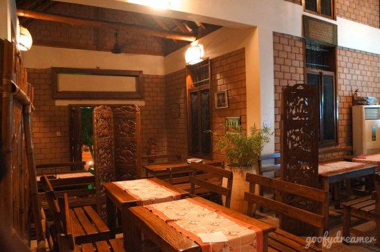 Interior serba coklat, dengan cahaya temaram membuat restoran ini cozy.