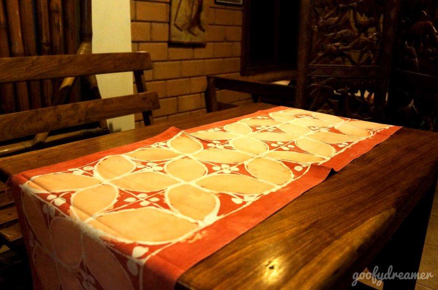 Lihat runner diatas meja ini, ini Batik apa motifnya saja ya? hehehe.