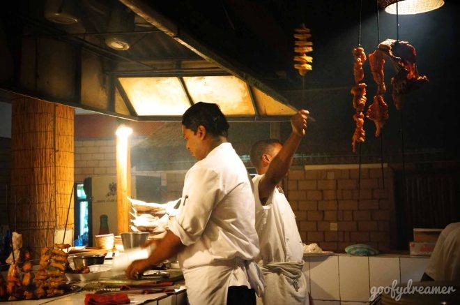 Begitu masuk, ini pemandangan pertama yang akan anda dapat, koki India sedang pamer kemampuan masak.