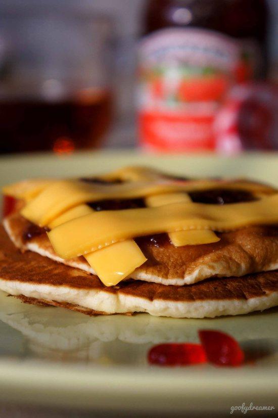 Pancake kedua, Chessy. Saya bermain dengan keju cheddar, meletakkannya diatas pancake yang masih panas hingga keju setengah meleleh. Ini cocok bagi anda kurang suka dengan yang manis-manis.