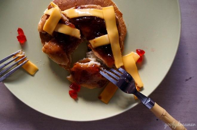 Saya nikmati pancake saya dulu, silahkan mencoba sendiri hehehe.
