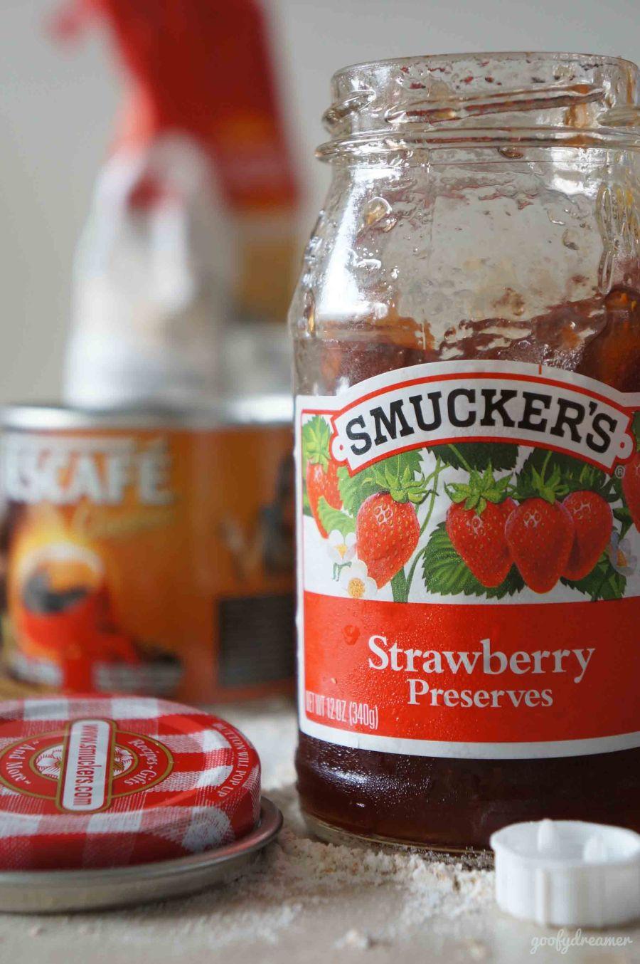 Sejujurnya saya jauh lebih suka mengolah buah strawberry segar menjadi selai daripada membeli jadi, tapi Smuckers ini bukan pilihan buruk.