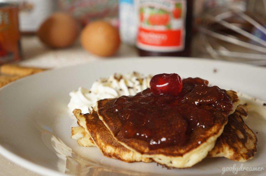 Taruh cherry dan whipped cream sebagai garnish untuk mempercantik pancake anda.