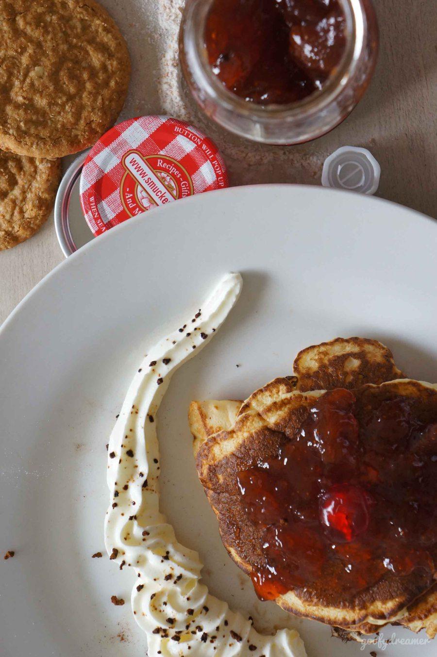 Pancake ketiga, bermain dengan strawberry. Manis dan segar, kecut lebih tepatnya.